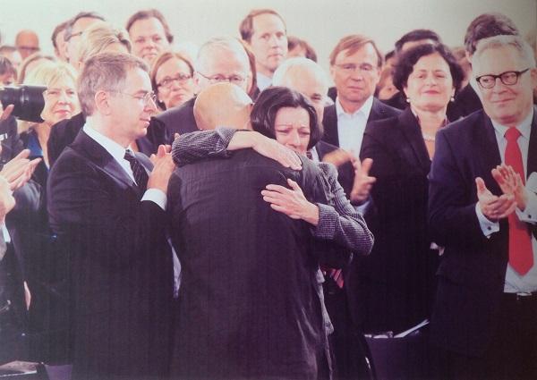 2012年10月14日,德国书业和平奖得主廖亦武在圣保罗教堂发表《这个帝国必须分裂》,之后,与赫塔·米勒相拥而泣。