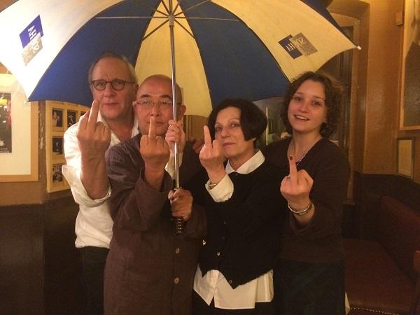2014年11月7日,赫塔·米勒新书发布会后,赫塔·米勒、廖亦武、乌里等应邀去著名的巴黎酒吧,拍下了这张声援香港雨伞革命的著名照片,由廖亦武脸书发表后,被东西方媒体转载了上千次。