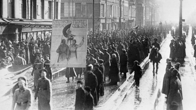 俄国二月革命时,工人上街抗议,士兵保护