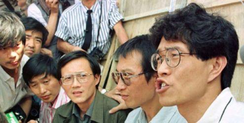 刘晓波(右二)在天安门绝食