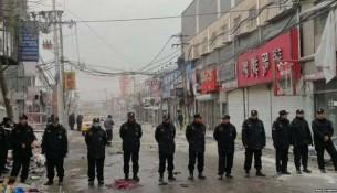 北京城乡接合部拆迁现场执勤的警察