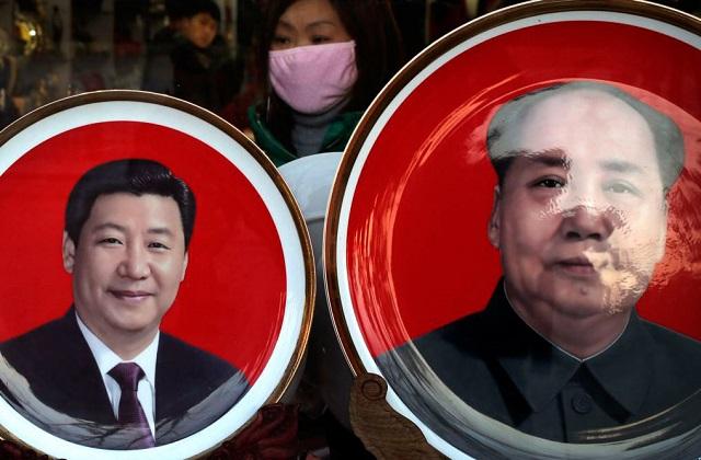 北京天安门广场附近一个纪念品商店出售的中国国家主席习近平(左)与前中共领导人毛泽东头像的磁盘