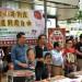 支联会在铜锣湾收集市民签名爱心圣诞卡。