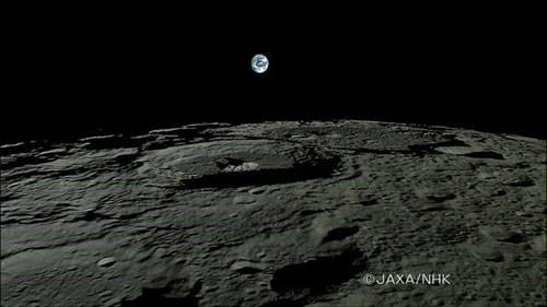 """日本探月卫星""""月亮女神""""从月球的""""月平线""""上拍摄到高清晰地球升起和落下的图像。本图是""""地出""""的美丽景象。"""