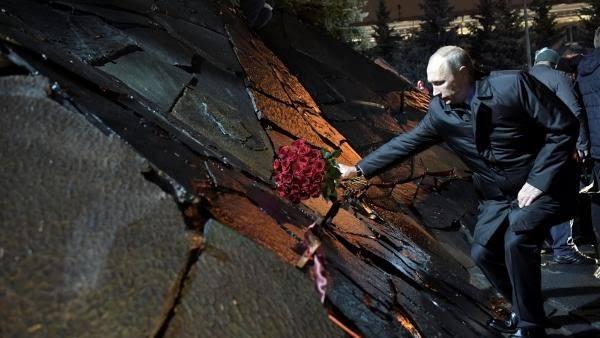 普京向纪念碑献花,他说不能将十月革命合理化。