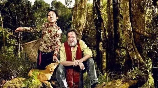 李旻果辞去了都市里的记者工作,追随丈夫来到人迹罕至的雨林。那年,他47岁,她30岁。
