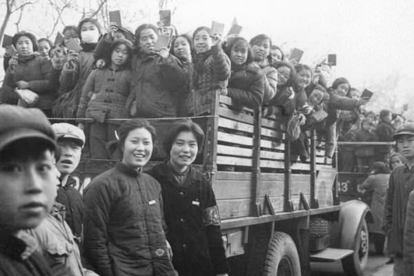 狂热的红卫兵被中共利用完后,下放到农村劳改。