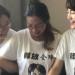 王全璋,其妻李文足(右)与其他709家属