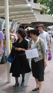 简昭惠(右)和龙应台在墨尔本艺术中心附近