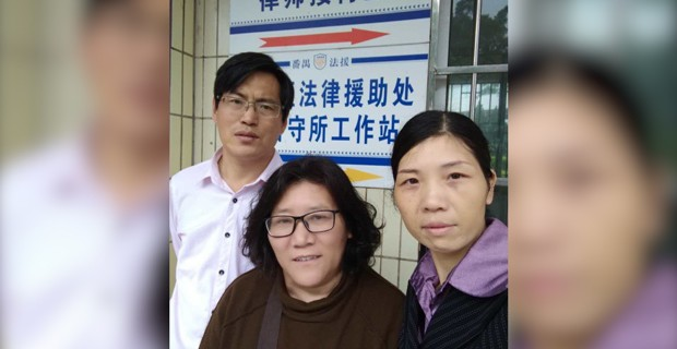 维权律师蔺其磊(左)、中国人权观察员徐秦(中)陪同徐琳妻子(右)