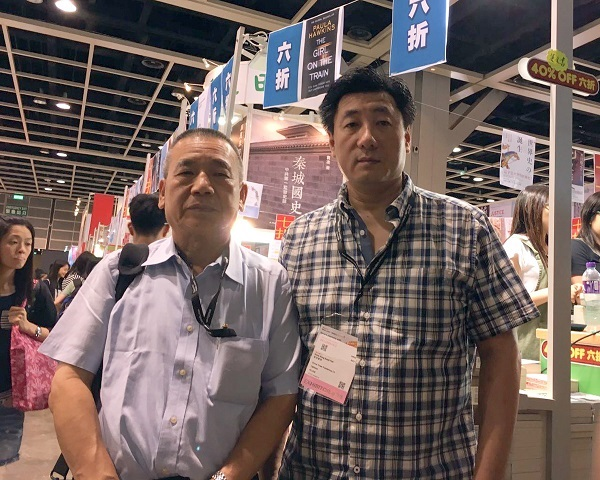 香港新世纪出版社负责人鲍朴(右)与香港香港田园书屋老板黄尚伟