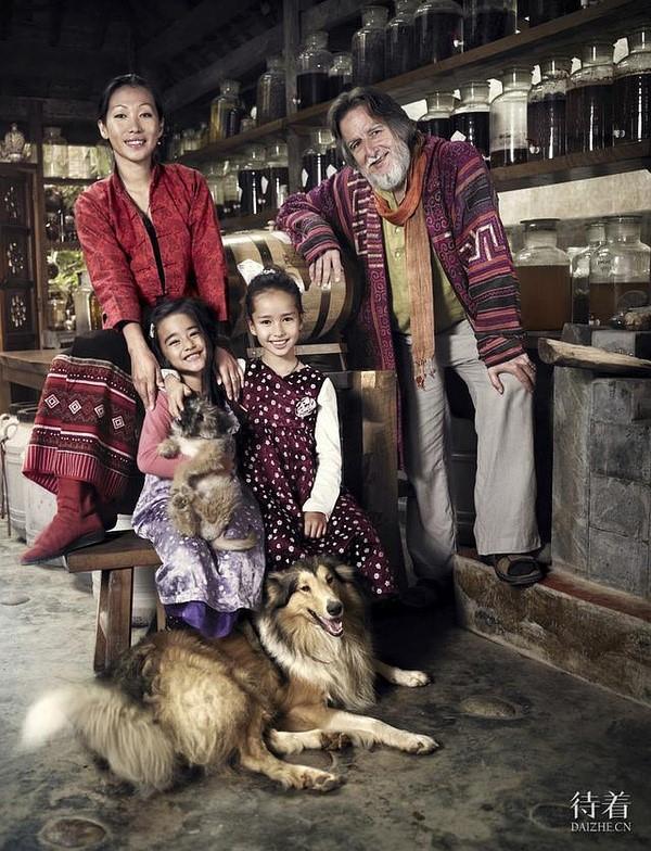 马悠、李旻果及两个女儿在他们西双版纳的家