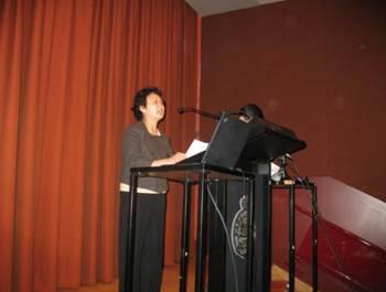 齐家贞在悉尼颁奖会上朗读刘晓波获奖感言