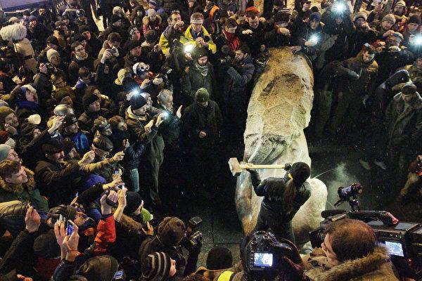 2013年乌克兰民众推翻列宁塑像的场面