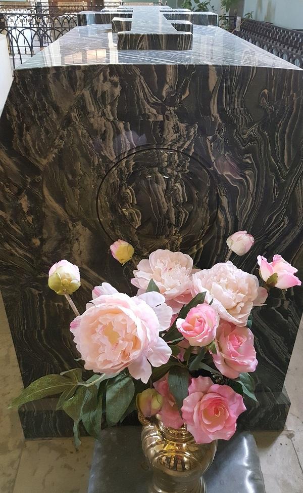 亚历山大二世的棺木前摆放着鲜花