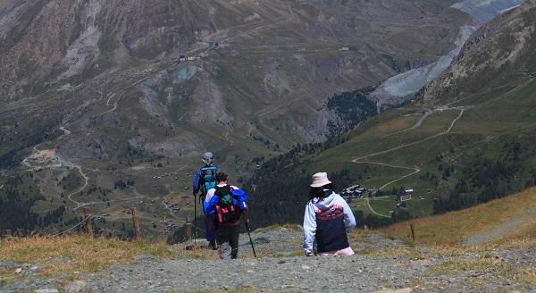 几个登山者柱着登山杖,向马特洪峰方向前去