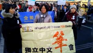 国际人权日德国学生为刘晓波抬棺示威实录3