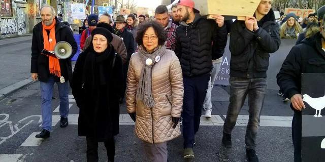 国际人权日德国学生为刘晓波抬棺示威实录7