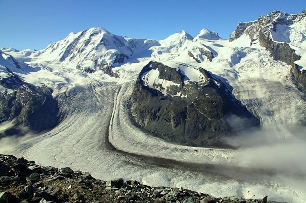 戈勒山脊好像是一个巨盆中央的一个台地