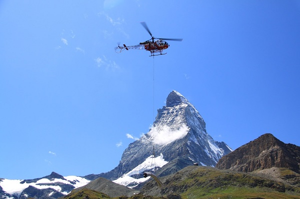 直升机与马特洪峰的合影