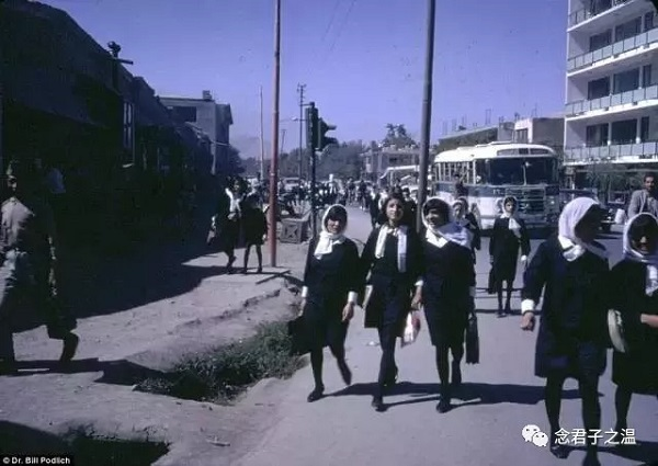 阿富汗女大学生放学