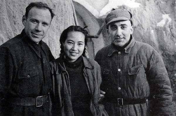 马海德、周苏菲夫妇与阿洛夫(左)在延安合影