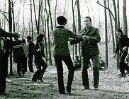 """前卫艺术家与作家纪念1976年的""""四五运动""""(北京圆明园,1981年4月5日)"""