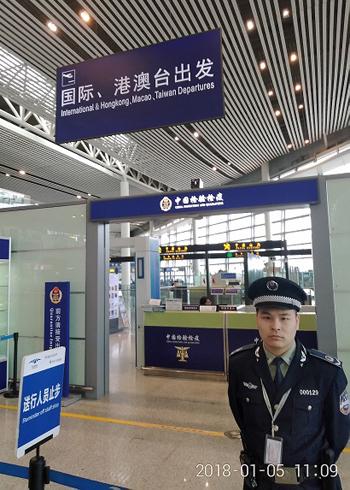 湖南长沙黄花机场的边检人员