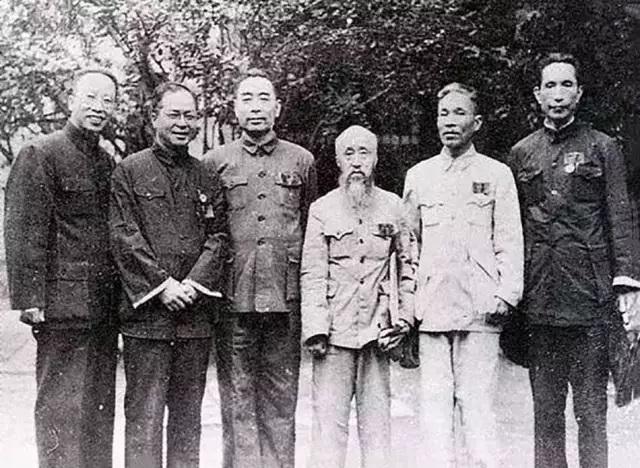吴晗(左二)与周恩来(左三)等人的合影