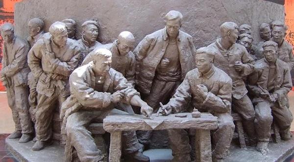 """小岗村大包干纪念馆的""""包产到户""""雕塑"""