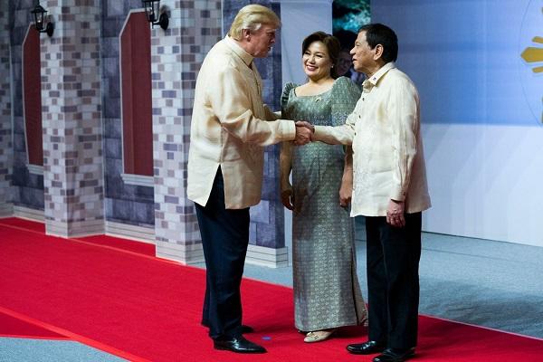 菲律宾总统罗德里戈·杜特地携伴侣西勒托·阿梵西那迎接特朗普
