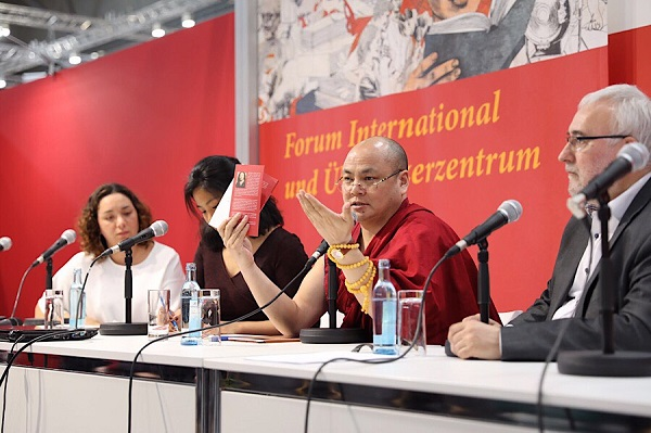 西藏知名前政治犯果洛久美在德国国际书展上介绍雪合江的著作及其事迹
