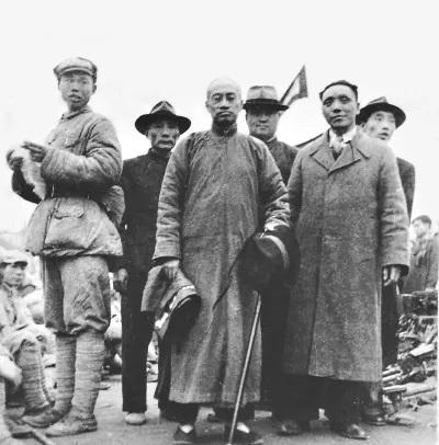1949年梁漱溟(前排正中)于重庆北碚迎接解放军进城