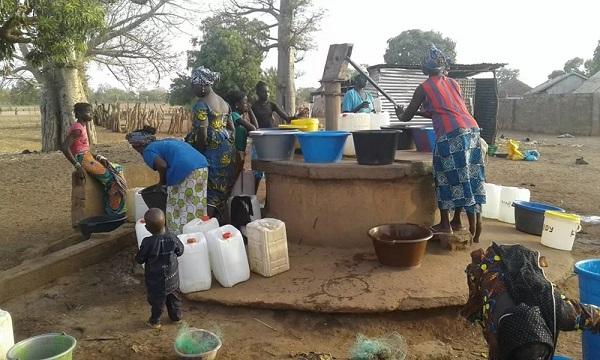 44非洲女人打水