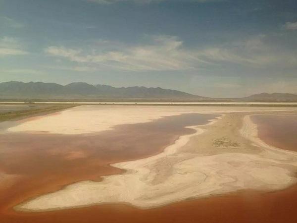 血红色的湖泊,这种地貌在往返美国东西海岸的航班上也清晰可见