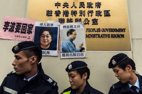 警察走过桂民海(左)姚文田(右)的寻人启事
