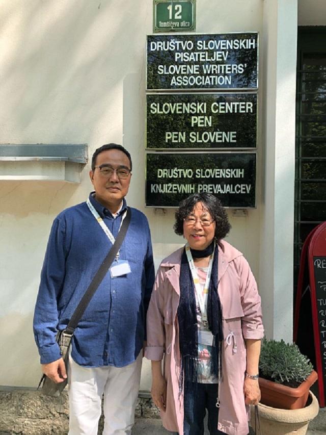 3. 笔会成员潘永忠和廖天琪在斯洛文尼亚笔会办公楼前
