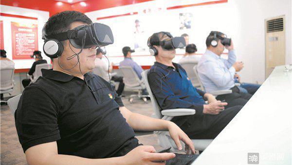 山东青阳镇首创虚拟场景检验党性 党员戴VR眼镜答题(图片来自滨州网)