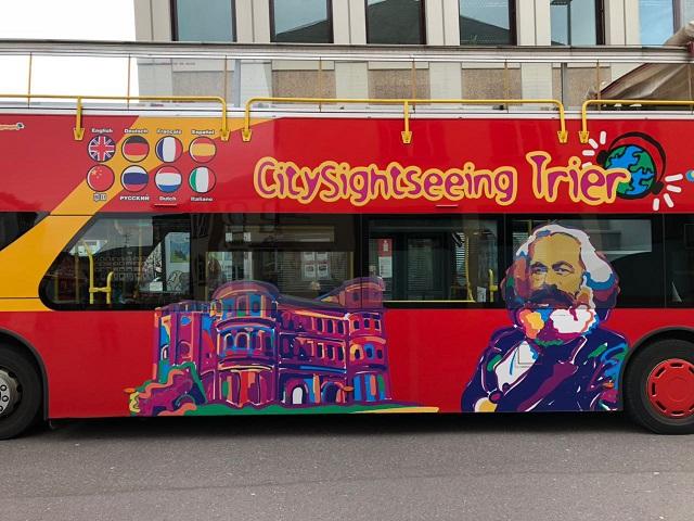 004-旅游车上的马克思大幅画像