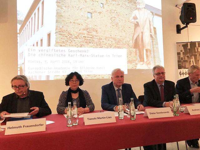 006-左二起:廖天琪会长、东姆博夫斯基副议长、路德维希副市长、肯纳贝馆长