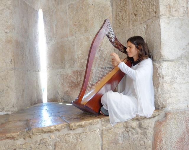一名犹太女子在古城门前弹奏