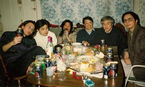 在雪迪的住处,从左到右:雪迪、朋友、孟浪、唐晓渡、芒克、杨小滨