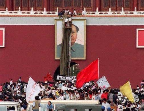 1989年5月23日,天安门城楼,人们在忙着修复被污损的毛泽东像