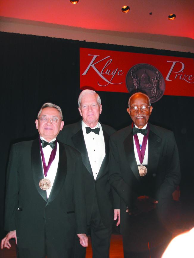 """二○○六年的""""克鲁奇奖""""两位得主余英时(左)及富兰克林(右),与赠奖人美国国会图书馆馆长毕灵顿合影"""