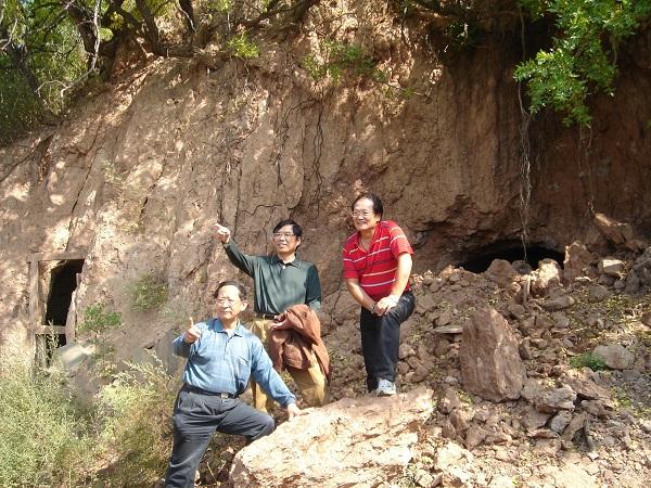 同学们回村看望。旧日居住的土窑已经坍塌。(右起:甘铁生、陈淮子、车宏生)