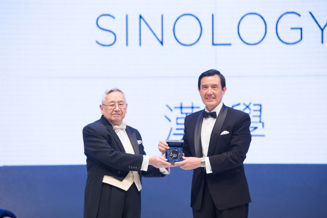总统马英九(右)颁授唐奖奖章给汉学奖得主余英时(左)