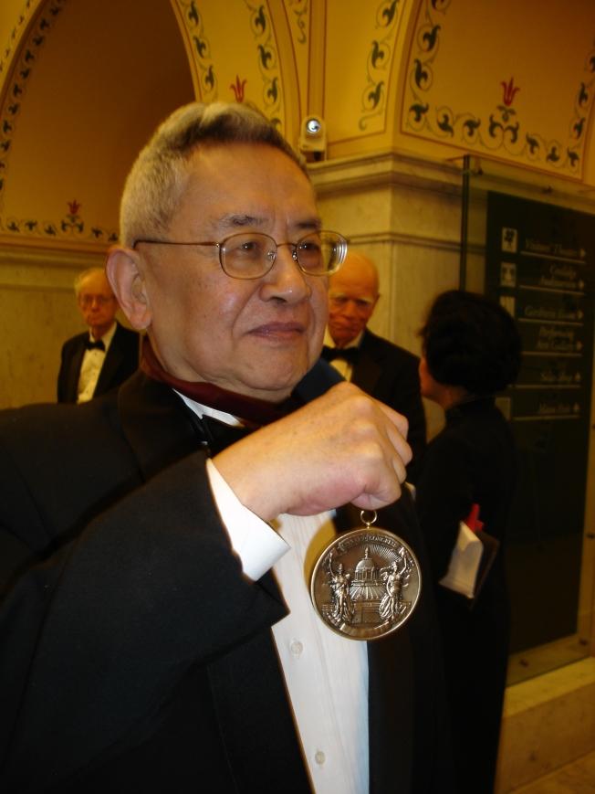 """旅美著名历史学家余英时获颁有""""人文学界诺贝尔奖""""美誉的克鲁奇奖后,应媒体要求展示奖章"""