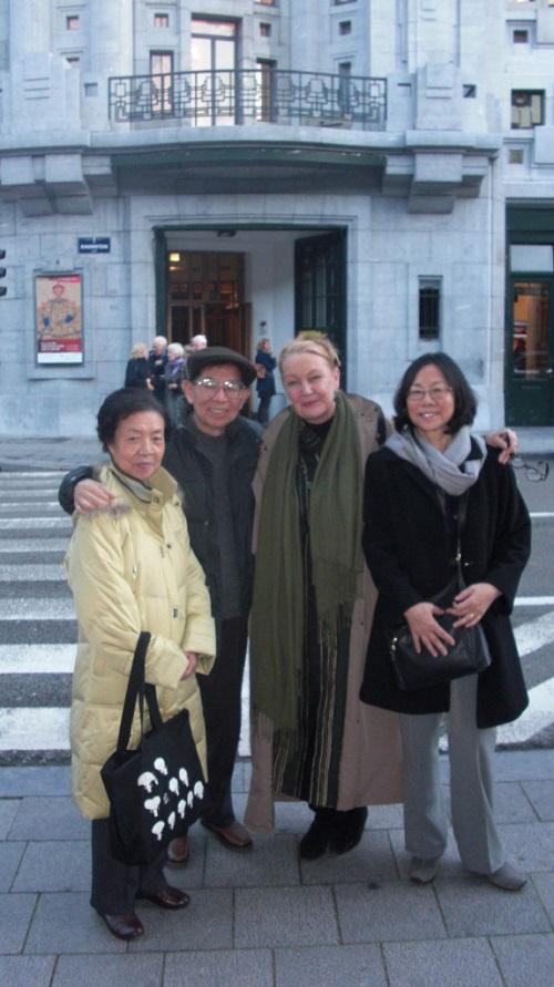 沙叶新夫妇和比利时笔会副会长(右二)和独立中文笔会会长廖天琪(右一)在布鲁塞尔剧场前