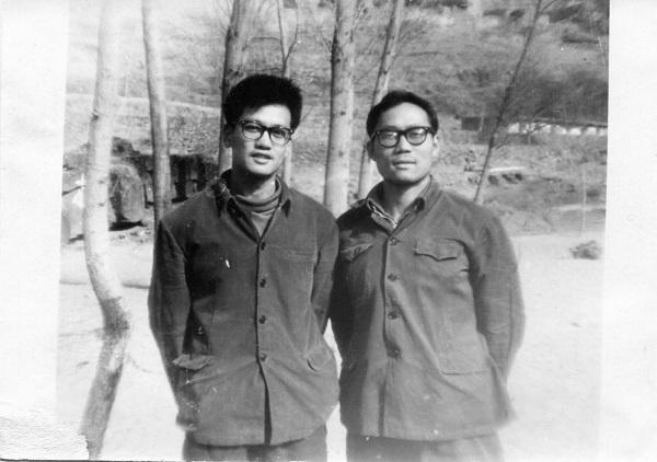 约1973年,郑义离村去煤矿之前与铁生的最后合影。(左一甘铁生)