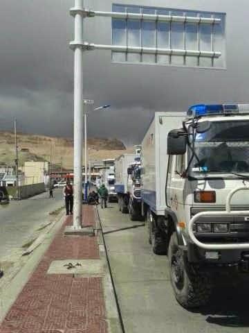 今年4月底,有匿名者拍摄于冈仁波齐山脚下的照片显示,已经有太多的军车、警车集合,已经有太多的各种军警聚合。4